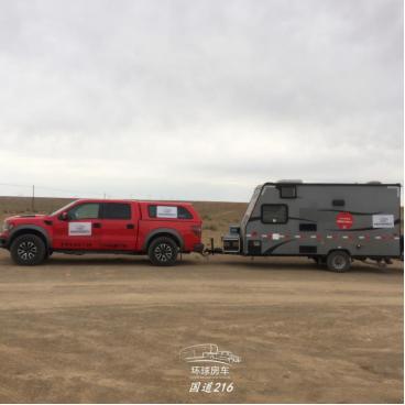 拖挂式房车在沙漠公路~